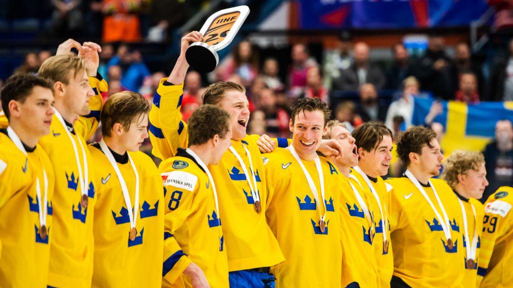 Ginning med bronspokalen i högsta hugg.