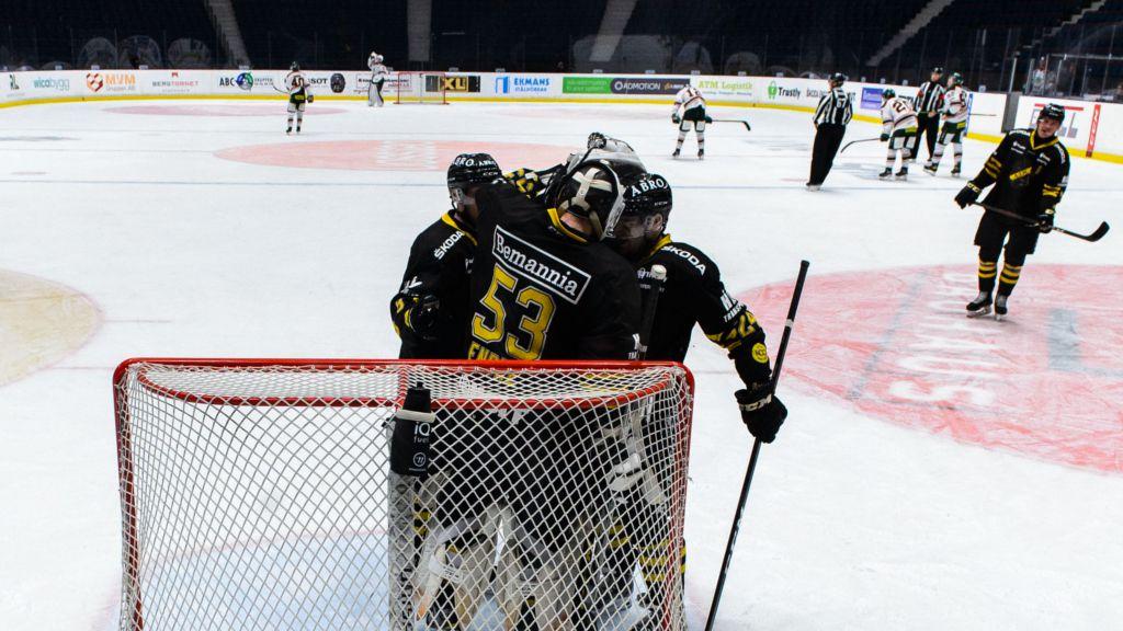 AIK och Claes Endre firar en seger.