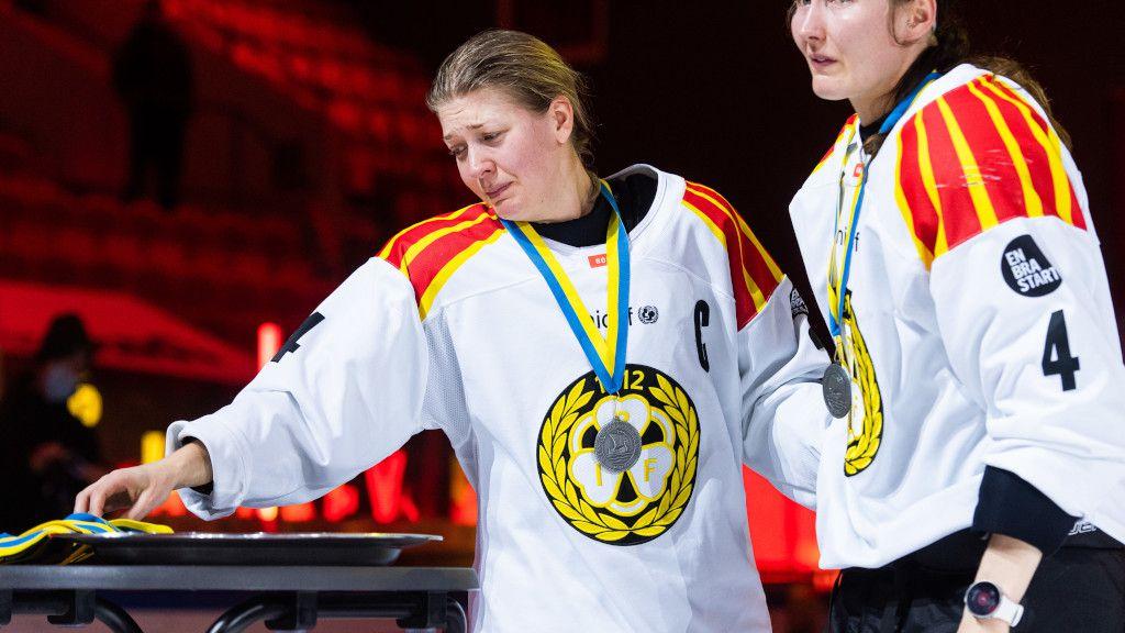 Erika Grahm misströstar efter guldmissen.