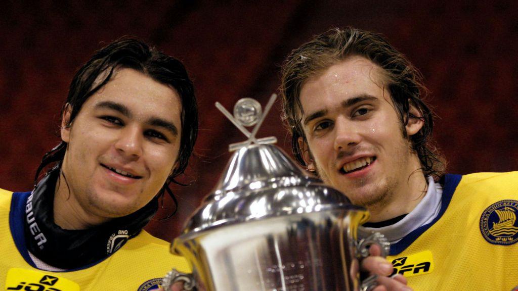 Stefan Liv och Henrik Zetterberg firar segern i Sweden Hockey Games.