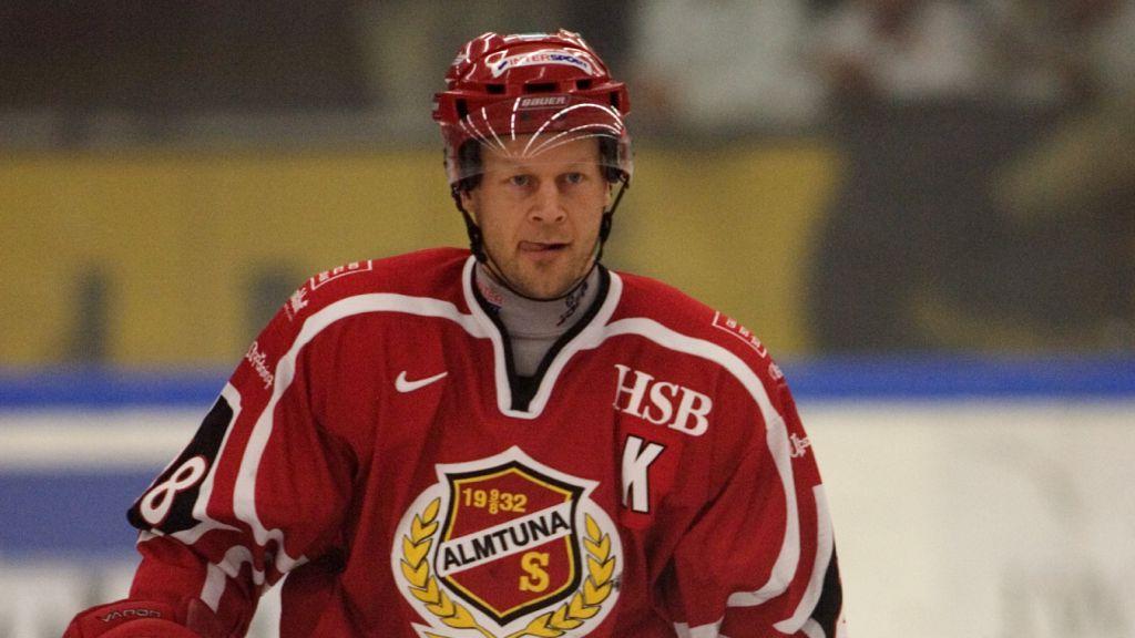 """Vid återkomsten till Sverige fick Ragnarsson """"K:et"""" på bröstet av Almtuna."""