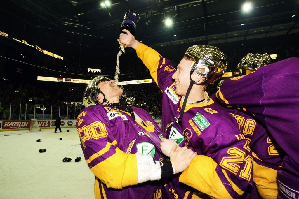 Pelle Prestberg firar SM-guldet 2006 med Jörgen Jönsson.