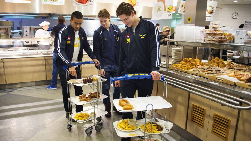Jeremy Boyce, Elias Lindholm och Filip Forsberg förser sig med mat vid JVM i ryska Ufa 2013.