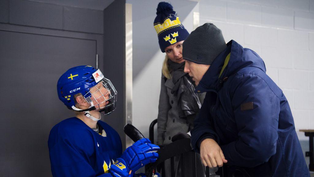 2018 års stora backstjärna Rasmus Dahlin i samspråk med mamma Åsa och pappa Martin under JVM i Buffalo.
