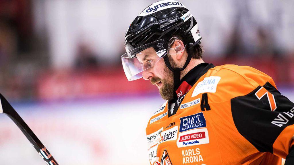 Mattias Karlsson har förutom Leksand även representerat Brynäs, Färjestad, Timrå, HV71 och Karlskrona i SHL. Här ses han i de sistnämndas tröja 2018.