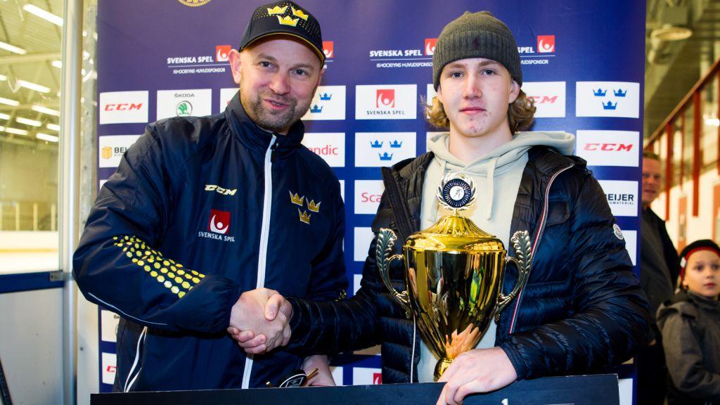 Marcus Brännman tar emot priset som TV-puckens bästa målvakt från Stefan Ladhe.