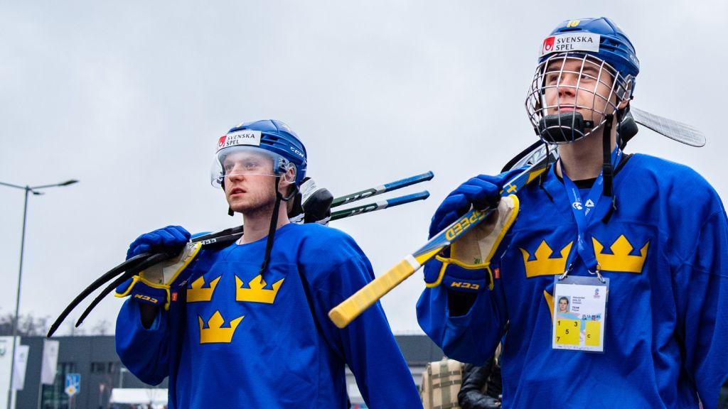 Rasmus Sandin och Alexander Holtz på väg till ett träningspass i Trinec under fjolårets JVM-turnering.