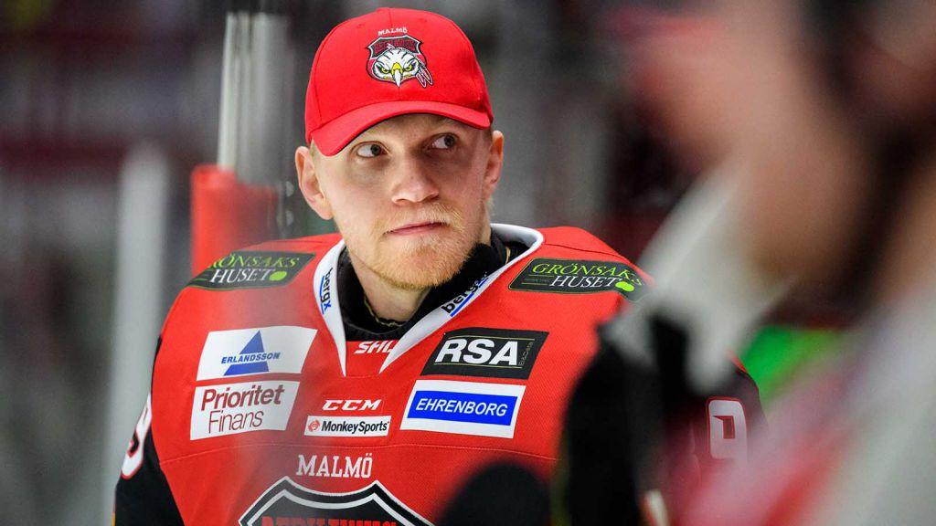 Viktor Kokman på bänken för Malmö ifjol.