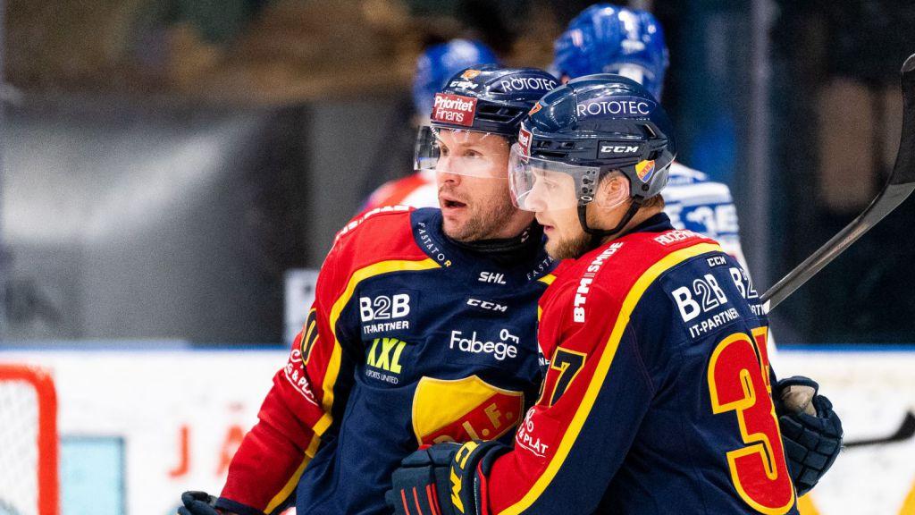 Niclas Bergfors och Jesper Pettersson firar ett mål.