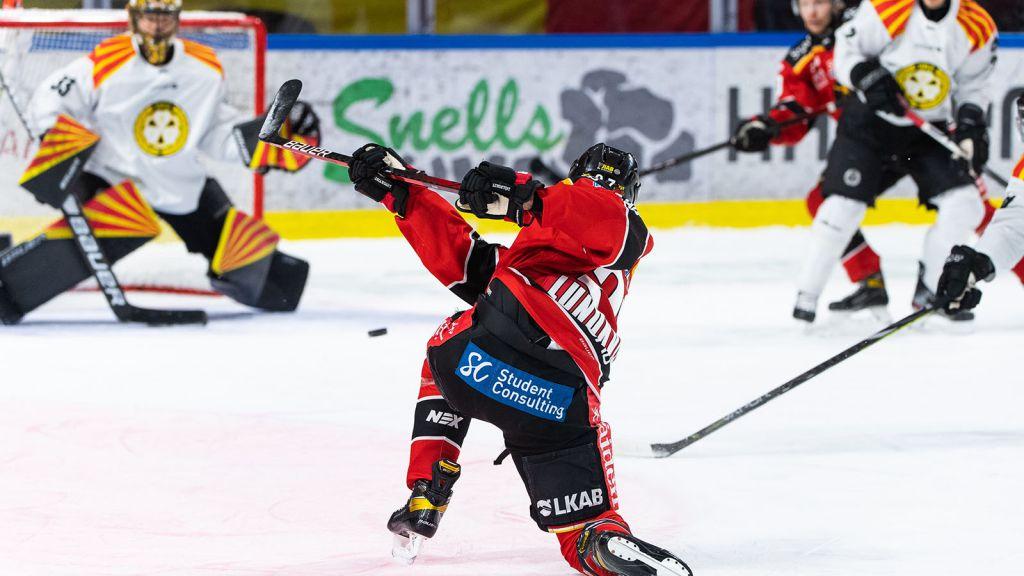 Nils Lundkvist avlossar sin bössa.