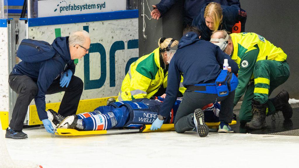 Juuso Vainio fick lämna matchen på bår.