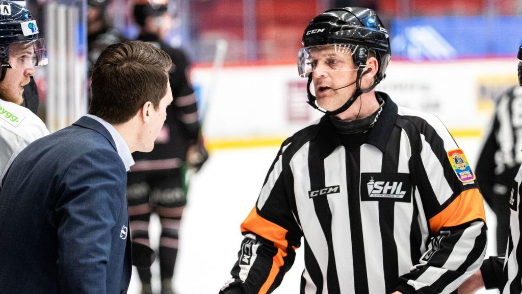Domaren Mikael Nord fick förklara beslutet för Växjötränaren Sam Hallam.