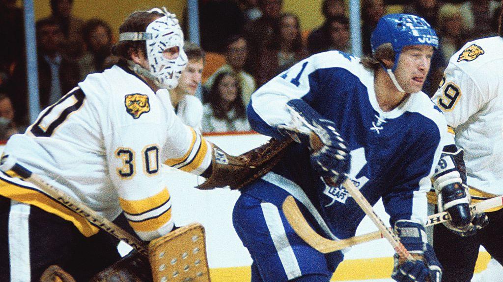 Inge Hammarström i duell med Bostons målvakt Gerry Cheevers 1975.