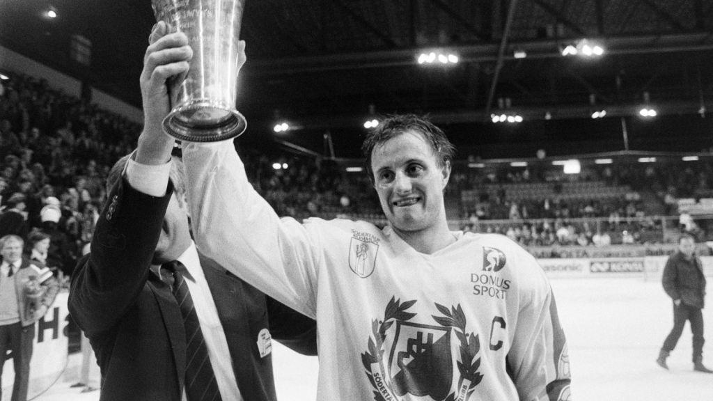 Anders Eldebrink lyfter SM-pokalen 1985.