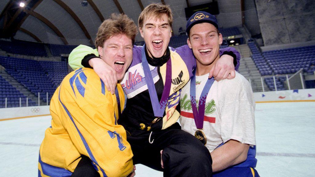Tommy Salo med Västeråskillarna Leif Rohlin och Patrik Juhlin efter OS-guldet '94.