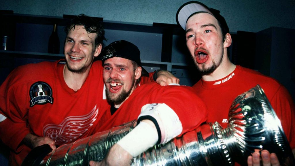 Nicklas Lidström, Tomas Holmström och Anders Eriksson firar Detroit Red Wings Stanley Cup-vinst 1998.