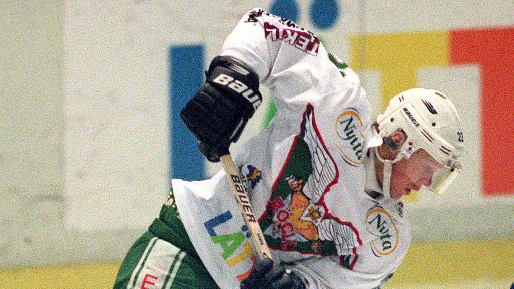 Nicklas Rahm i Rögles dress säsongen 99/00. Han klippte in hela 55 poäng från sin backplats.