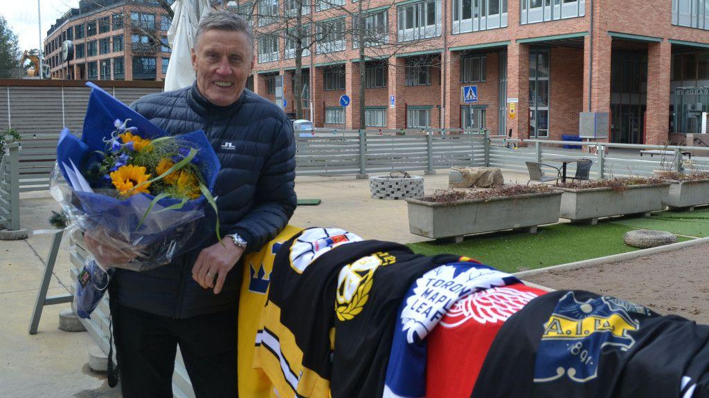 Börje Salming med tröjorna från klubbarna han spelat i.