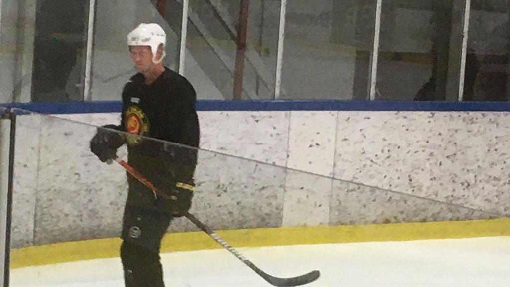 Oscar Sundh på is med Hockeyettanklubben HC Dalen.