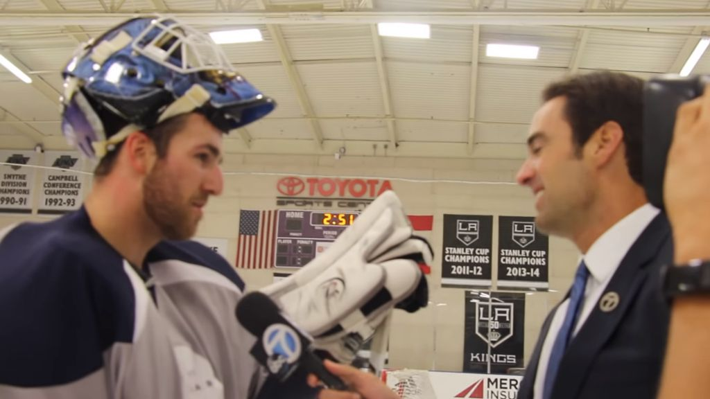 Travis Ridgen intervjuas i samband med provspelet för Kings.