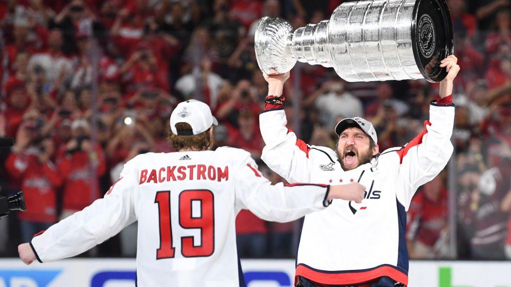 Alexander Ovetjkin firar Stanley Cup med radarpartnern Nicklas Bäckström.