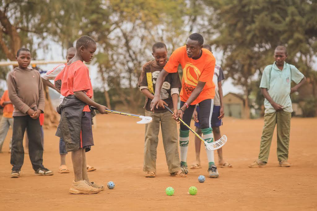 En kenyansk innebandytränare i aktion.