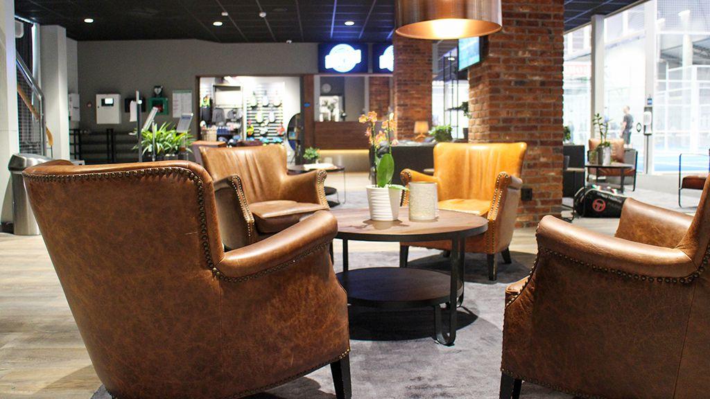 Loungen med reception och shop i bakgrunden.